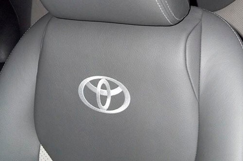 вышивка логотипа тойота на автомобильном сидении