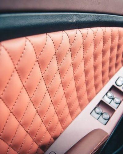 перетяжка дверей автомобиля коричневой кожей